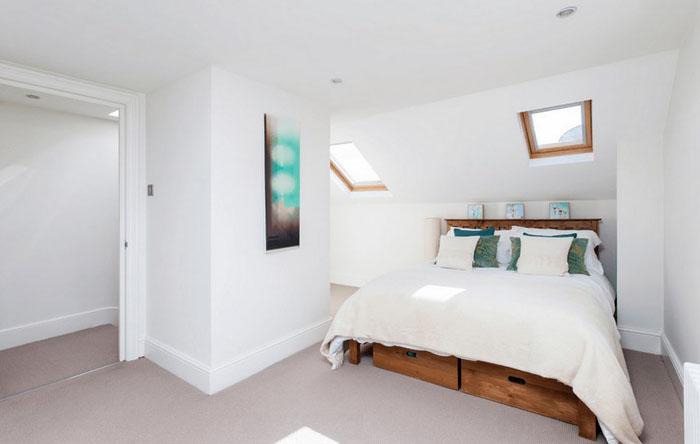 Интерьер спальни с местом для хранения вещей под кроватью