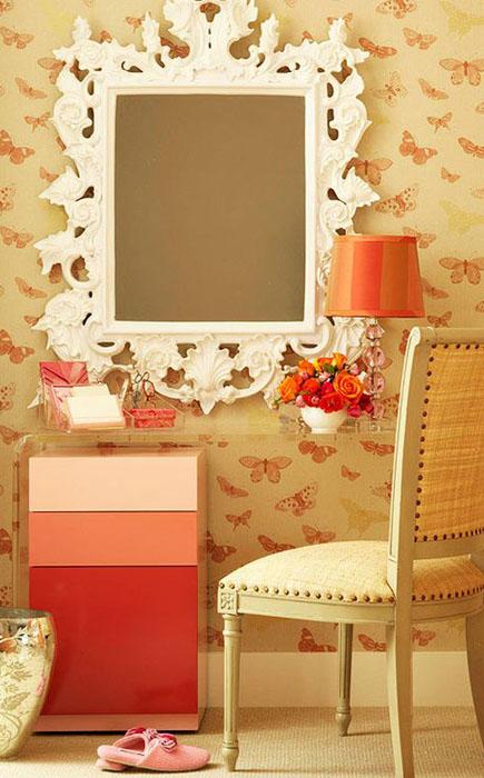 Удобный стол, правильное освещение и большое зеркало - залог хорошего макияжа
