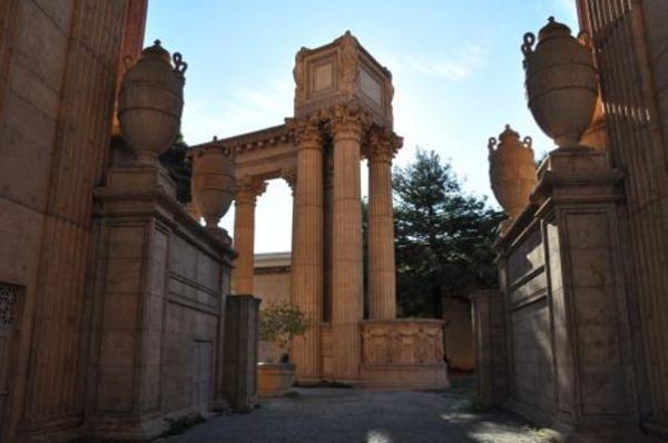 Колоннада в греческом стиле