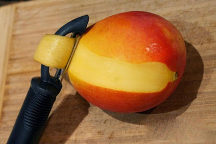 Чистим манго