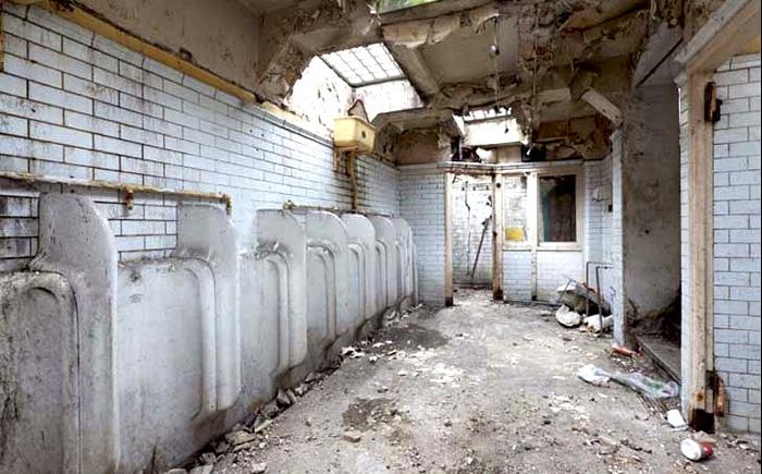 Заброшенный общественный туалет