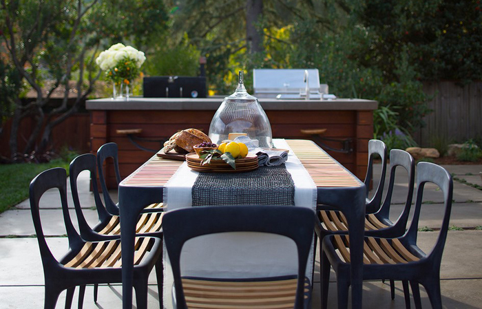 Обеденный стол в саду