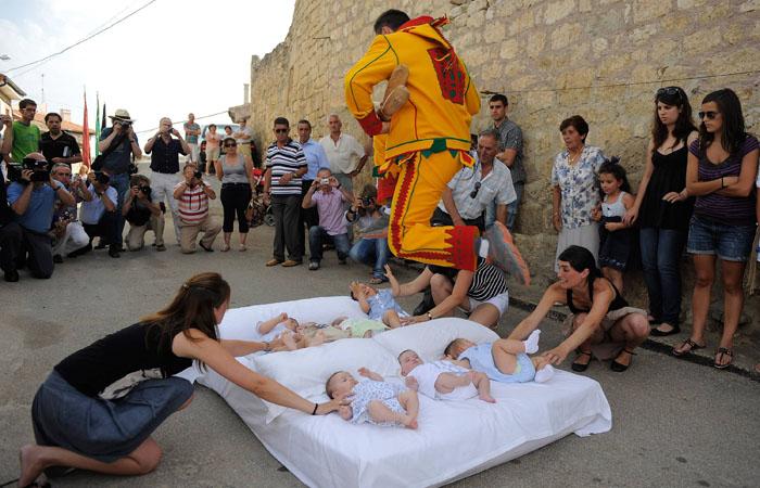 Прыжки через младенцев – Испания