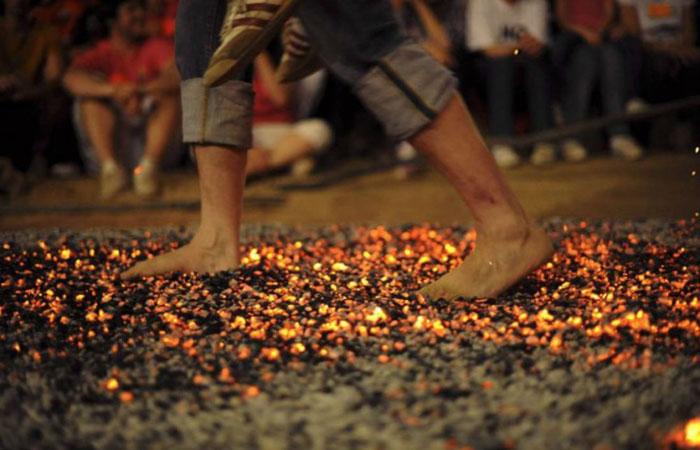 Перенеси жену на руках по горящим углям – Китай