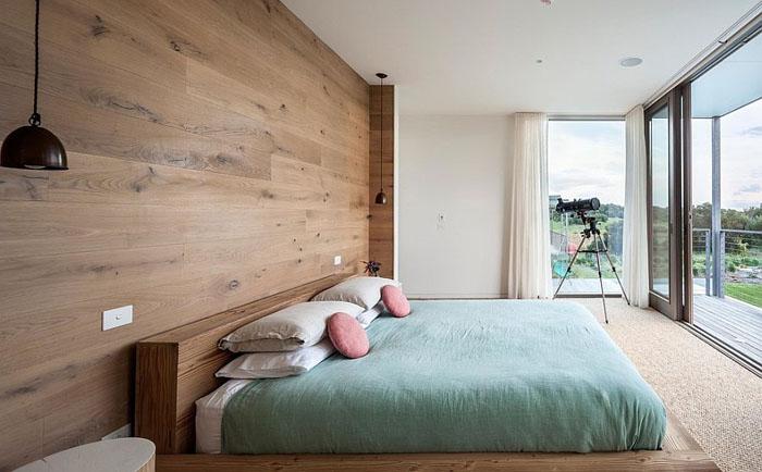 Деревянная акцентная стена в спальне