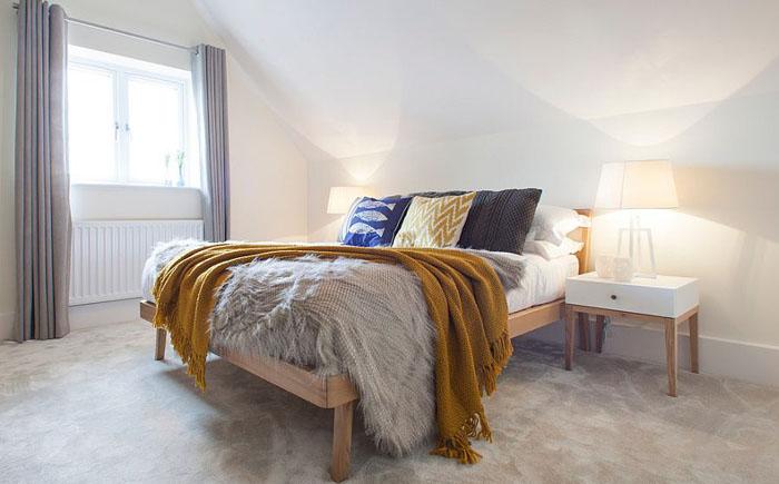 Спальня в скандинавском стиле на чердаке от Jigsaw Interior Architecture