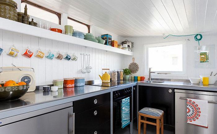 Красочная посуда в кухне