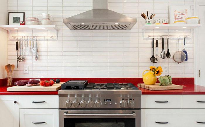 Белая кухня с красным акцентом от Кitchen & Bath Design + Construction