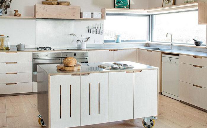 Кухня с рабочим островом на колёсиках