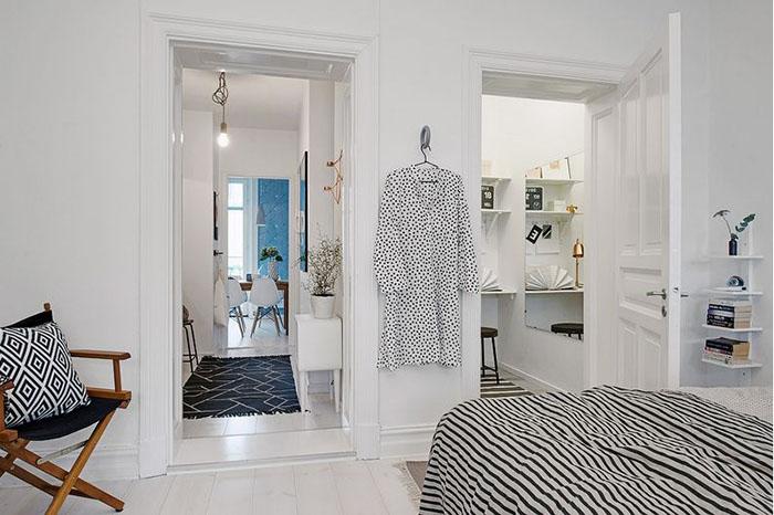 двери в коридор и небольшой домашний офис с гардеробной