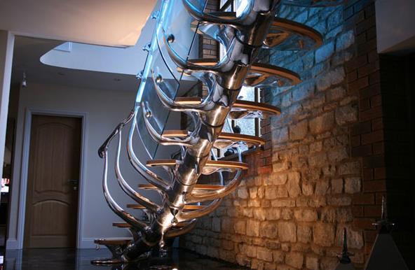 Оригинальная лестница ведёт на второй этаж