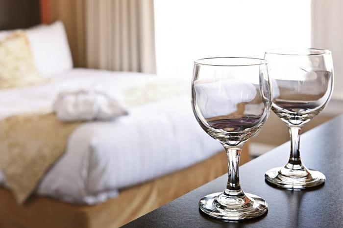Не стоит пить из стаканов в номере