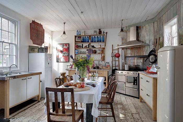 Интерьер кухни в стиле потёртого шика с небольшой обеденной зоной