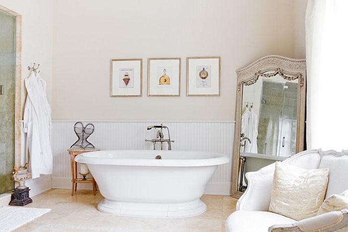 Ванная комната с большим винтажным зеркалом