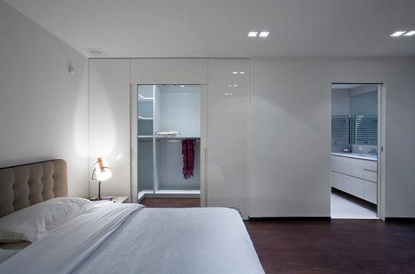 Спальня с прилегающей ванной комнатой