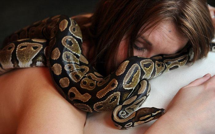 Змеиный массаж: молодость только для смелых