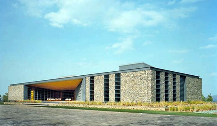 Современное каменное здание: Casa Club Bosque Altozano
