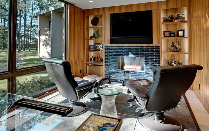Домашний офис с телевизором над камином