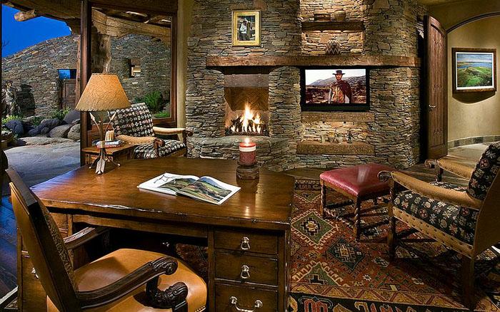 Каменная стена с камином в домашнем офисе
