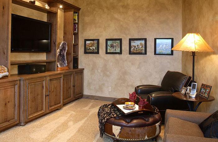 Зона для просмотра телевизора в дмашнем офисе от Terra Firma Custom Homes