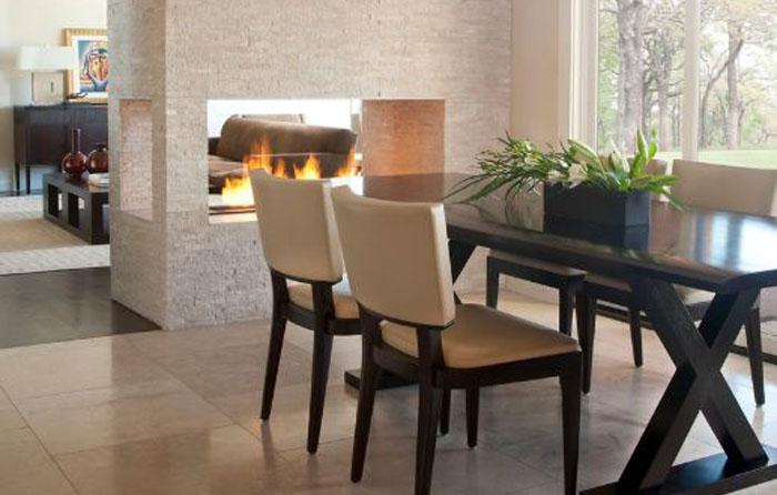 Двухсторонний камин в столовой