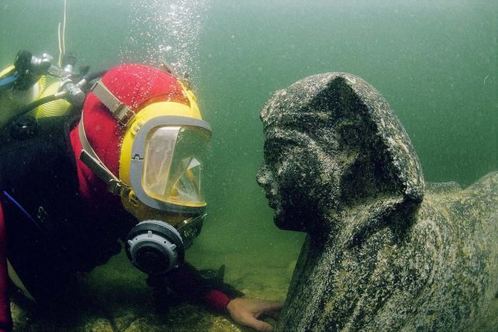 Подводная статуя среди руин дворца Клеопатры, Александрия, Египет