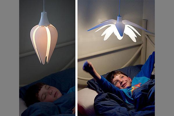 Лампа LULL днём открывается, ночью закрывается