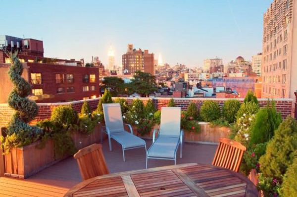 На большой террасе хватит места и для растений, и для столовой, и для зоны отдыха