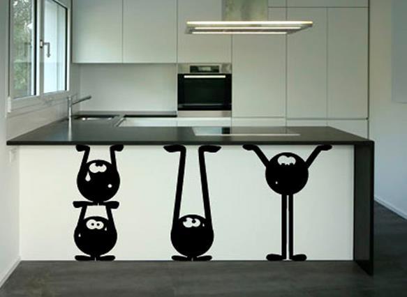Можно найти помощников, которые подержат кухонный стол