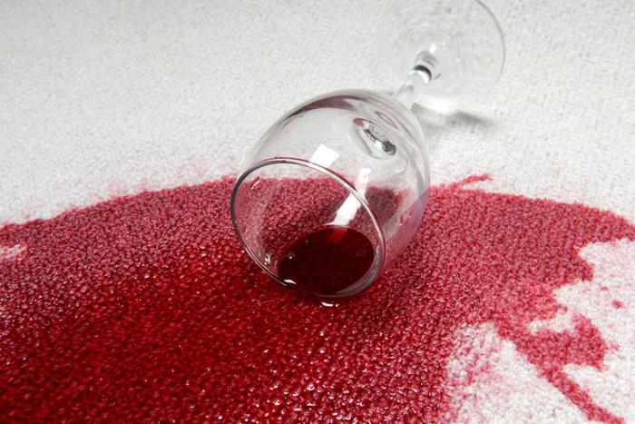 Как избавиться от пятен от красного вина на одежде