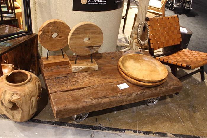 Деревянный журнальный столик на колёсах