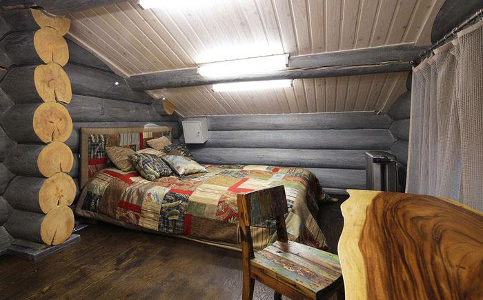 Спальня с покатым потолком
