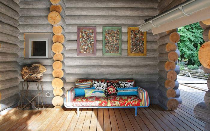 Яркий диван и деревянная мебель