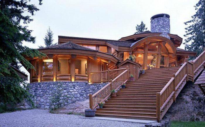 Деревянный дом с роскошной лестницей