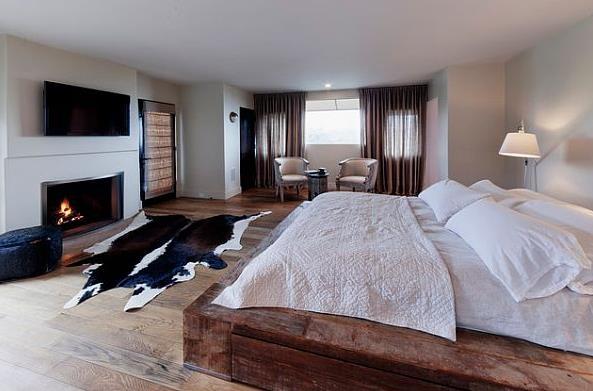 Современная кровать в деревенском стиле с деревянной рамой