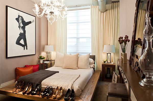 Женская спальня с кроватью на деревянной платформе