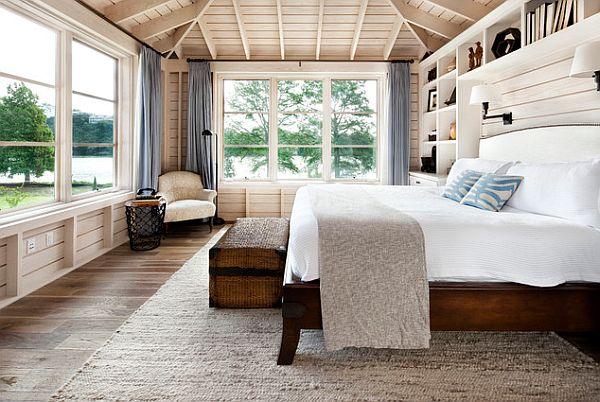 Современная спальня с деревянной кроватью