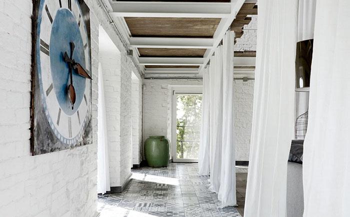 Коридор с белой кирпичной стеной
