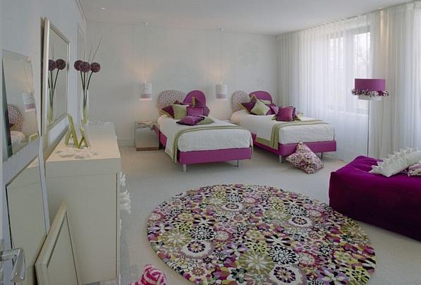 Яркие небольшие ковры в современном интерьере ‒ размер имеет значение