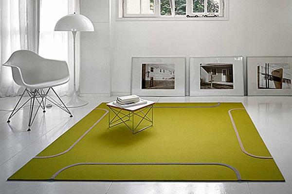 Ковёр как основной цветовой акцент на фоне мебели и стен нейтральных оттенков