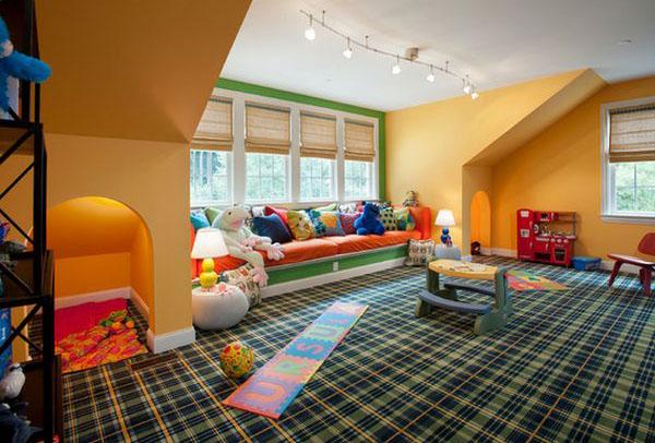 Яркая детская комната на чердаке