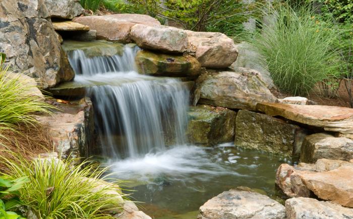 Пруд с большим водопадом