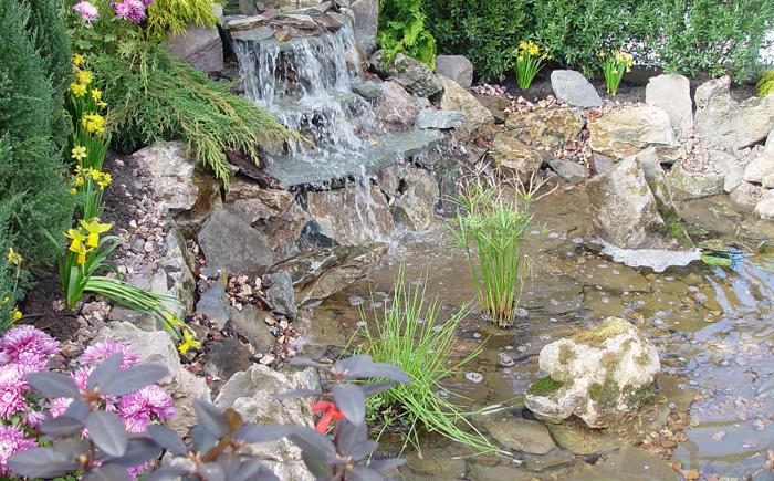 Большой пруд с водопадом