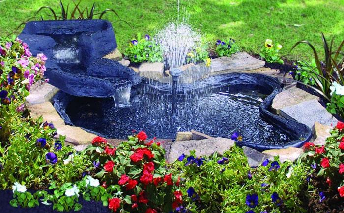 Простой синий пруд с высоким фонтаном