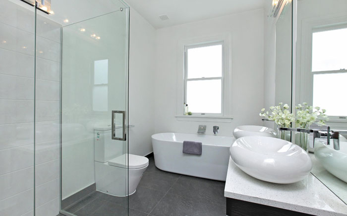 Тёмно-серый пол в ванной