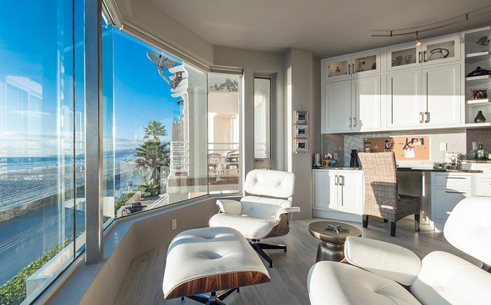 Домашний офис с видом на океан
