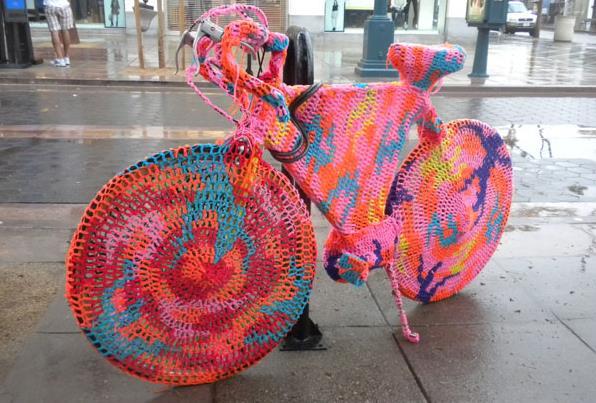 Ярнбомбинг поможет одеть велосипед в яркие наряды