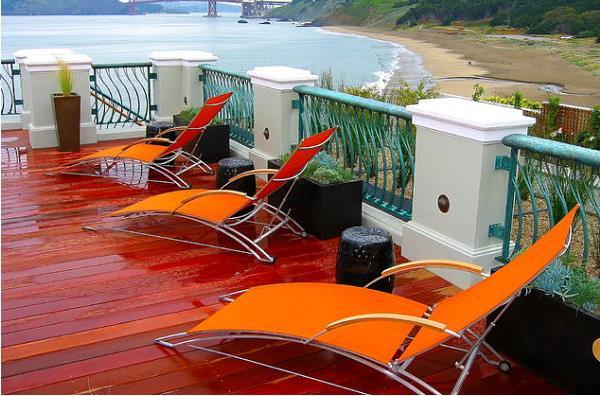Яркая и солнечная оранжевая мебель в современном интерьере