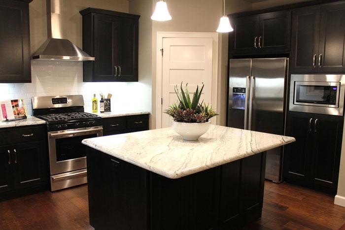 Светлые поверхности на кухне