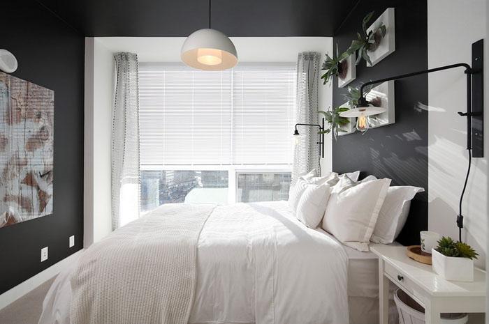 Светлое постельное в тёмной спальне